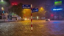 """Hà Nội ngập thành """"sông"""" sau trận mưa lớn"""