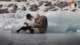 Chiêm ngưỡng bong bóng băng hiếm gặp xuất hiện tuyệt đẹp trên mặt hồ Trung Quốc