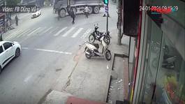 Nghi vượt đèn đỏ, 2 người phụ nữ tông thẳng vào xe ben tử vong