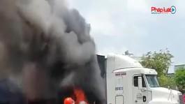 Xe container vừa chạy vừa cháy, khói lửa cuồn cuộn ở Thành phố Thủ Đức