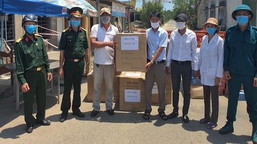 Người dân bị phong toả vui mừng khi nhận khẩu trang từ Báo Pháp luật Việt Nam khu vực Bình Trị Thiên