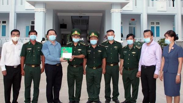 Trưởng Ban Tuyên giáo Trung ương tiếp xúc cử tri, thăm Đồn biên phòng Tân Phú (Tây Ninh)