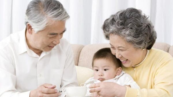 Trẻ nuôi con, già chăm cháu, niềm vui hay nỗi khổ của người già?