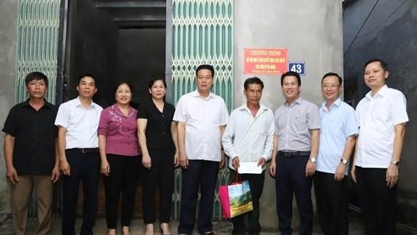 Các đồng chí lãnh đạo tỉnh Hà Giang thăm, tặng quà gia đình CCB Nông Văn Băng (thôn Bó Củng, thị trấn Yên Phú, huyện Bắc Mê) nhân dịp về nhà mới. (ảnh: Dangcongsan.vn)