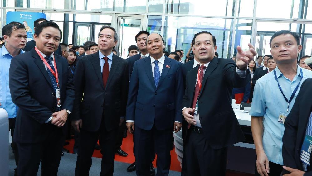 Chủ tịch HĐTV, Tổng giám đốc Phạm Đức Long giới thiệu với Thủ tướng Chính phủ Nguyễn Xuân Phúc và các khách mời về giải pháp, sản phẩm do VNPT phát triển.