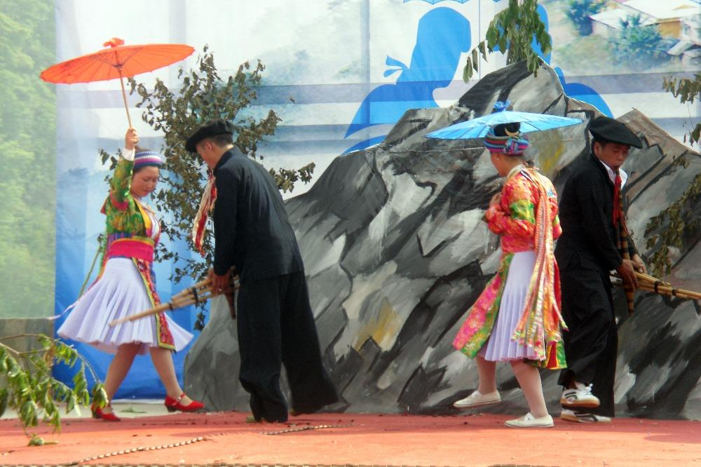 Biểu diễn khèn trong một lễ hội văn hóa.