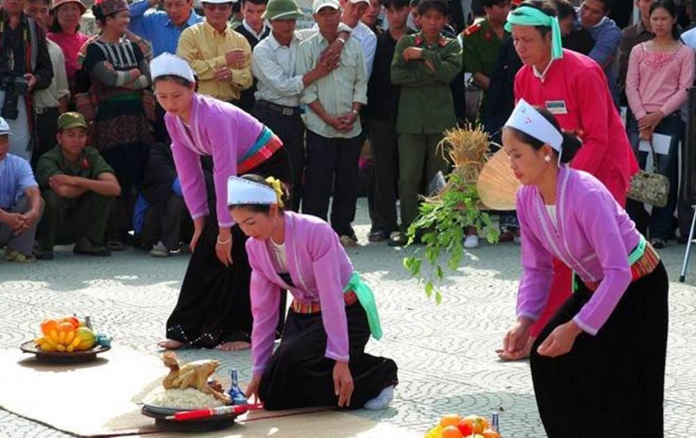 Ba phụ nữ phụ lễ cho thầy cúng.