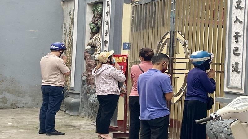 Mùng 1 đền chùa Hà Nội đóng cửa, người dân dâng lễ vái vọng trước cổng