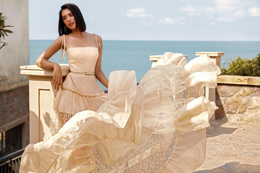 Hoa hậu Tiểu Vy phơi nắng, khoe nhan sắc quyến rũ