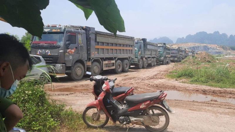 Bắt quả tang nhiều phương tiện khai thác đất trái phép tại Dự án Nhà máy xi măng Trung Sơn (Hòa Bình)