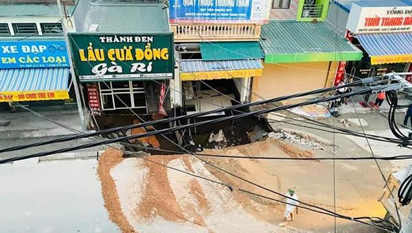 Xuất hiện 'hố tử thần' tại Hà Nội, sơ tán gấp 20 hộ dân