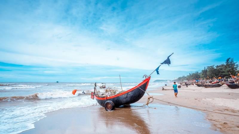 """Khách du lịch tăng mạnh, dân tình tấp nập rủ nhau """"về vùng biển vắng"""" trước khi các bãi biển kín người như mọi năm"""