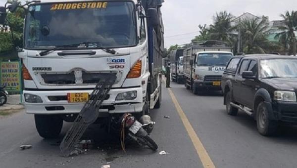 Tin giao thông đến sáng 30/4: Xe máy lấn làn, người phụ nữ bị xe tải tông tử vong; xe khách giường nằm lật nghiêng
