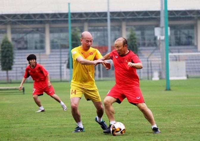 Thầy Park đá bóng với chị em chúc mừng ngày Thể thao Việt Nam