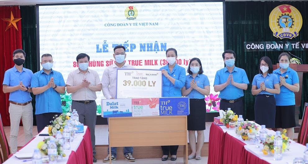 Tập đoàn TH trao tặng Bộ Y Tế 39.000 ly sữa tươi sạch tiếp sức các y bác sĩ tuyến đầu