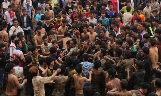 Cảnh hỗn chiến đến ngất xỉu ở hội Phết Hiền Quan