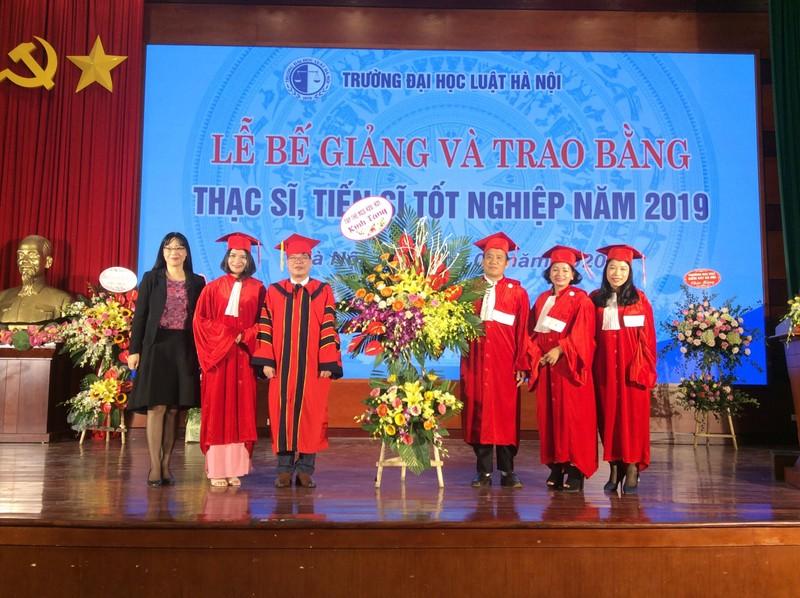 Đại học Luật Hà Nội bế giảng Lớp cao học luật khóa 25 và Lớp nghiên cứu sinh khóa 21