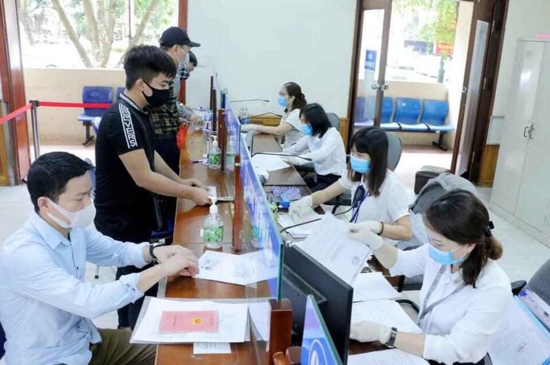Bộ phận một cửa Sở Tư pháp Hà Nội thực hiện nghiêm các quy định về phòng chống dịch bệnh Covid-19.