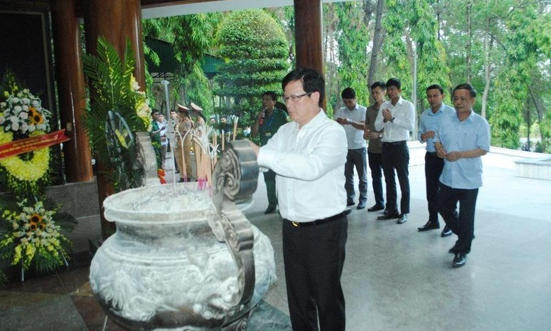 Thứ trưởng Mai Lương Khôi dâng hương tưởng niệm tại Ngã ba Đồng Lộc