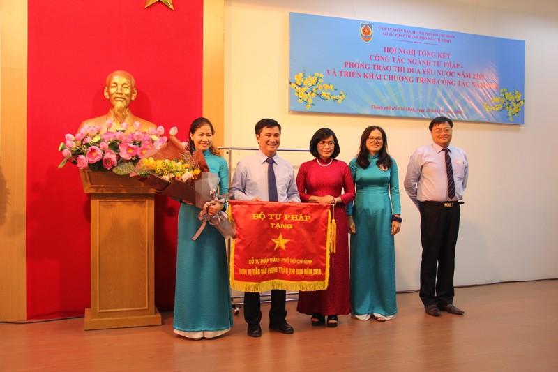 Thứ trưởng Bộ Tư pháp Đặng Hoàng Oanh trao Cờ đơn vị dẫn đầu phong trào thi đua năm 2019 cho Sở Tư pháp TP.Hồ Chí Minh.