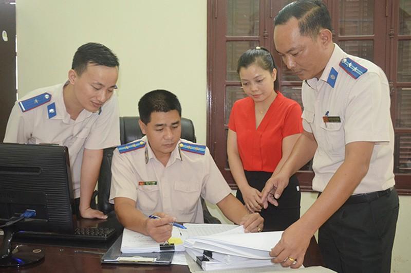 Cán bộ Chi cục Thi hành án dân sự TP Cẩm Phả, Quảng Ninh trao đổi nghiệp vụ, ảnh MH.
