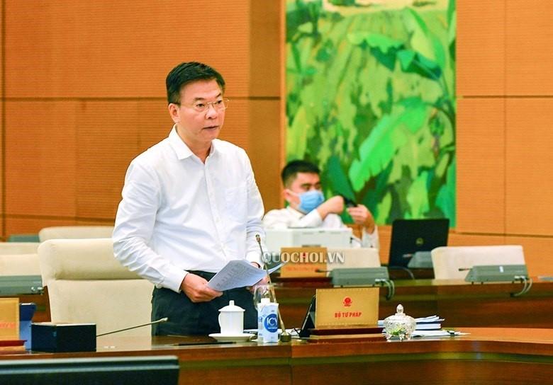 Bộ trưởng Bộ Tư pháp Lê Thành Long trình bày báo cáo tại phiên họp.