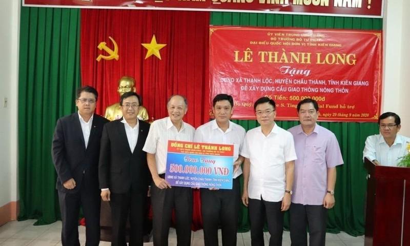 Bộ Trưởng Lê Thành Long trao tặng kinh phí xây 2 cây cầu giao thông nông thôn