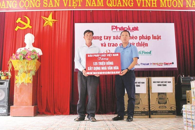 TS.Đào Văn Hội, Tổng biên tập Báo Pháp luật Việt Nam trao tặng kinh phí xây dựng nhà văn hóa tại Điện Biên