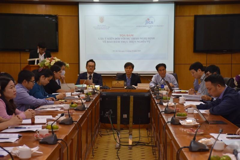 Thứ trưởng Bộ Tư pháp Nguyễn Khánh Ngọc (giữa) chủ trì Toạ đàm.