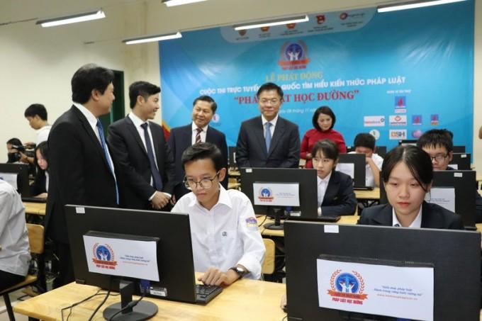 Bộ trưởng Lê Thành Long và lãnh đạo các ngành  tham quan phòng máy tại trường THPT Chu Văn An trong ngày Phát động cuộc thi.