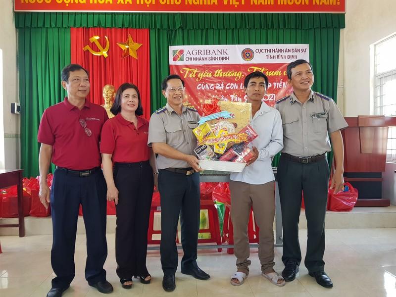 Cục THADS tỉnh Bình Định thăm, tặng quà tết cho người dân