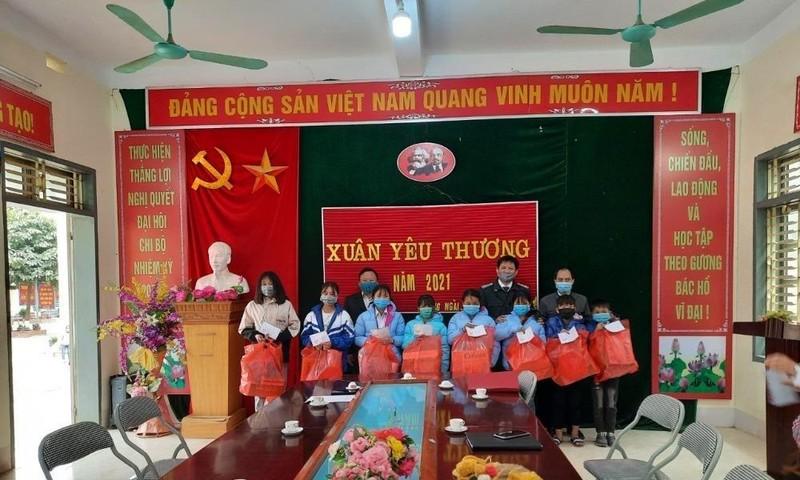 """Sơn La: Chương trình """"Xuân Yêu thương"""" mang hơi ấm cho trẻ em nghèo"""