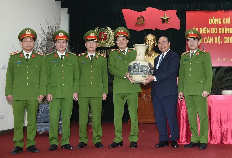 Thủ tướng Nguyễn Xuân Phúc thăm, chúc Tết cán bộ, chiến sĩ Cục Cảnh sát hình sự