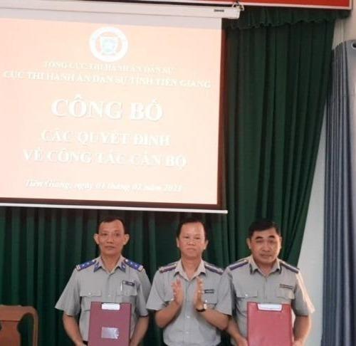 Cục Thi hành án dân sự Tiền Giang trao quyết định về công tác cán bộ