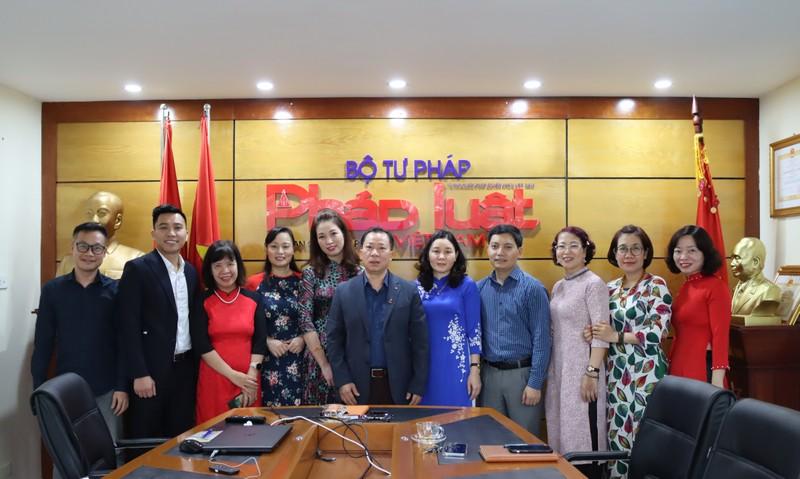 Tổng biên tập Đào Văn Hội, Phó Tổng Biên tập Trần Đức Vinh và các nữ cán bộ chủ chốt Báo PLVN tại cuộc họp giao ban đầu tuần.