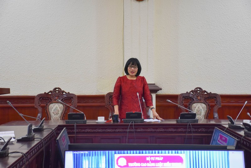 Thứ trưởng Đặng Hoàng Oanh làm việc với Trường Cao đẳng Luật miền Trung