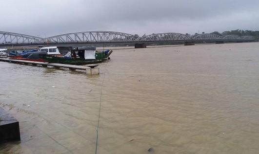 Khu vưc cầu Trường Tiền bị  ngập do nước sông Hương dâng cao