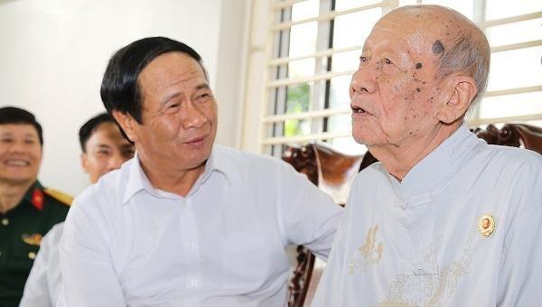 Bí thư Thành ủy Lê Văn Thành thăm hỏi cán bộ tiền khởi nghĩa ở quận Hải An.