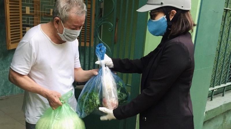 Phường Hàng Kênh, quận Lê Chân cung cấp lương thực thực phẩm cho người dân cách ly y tế tại nơi cư trú.