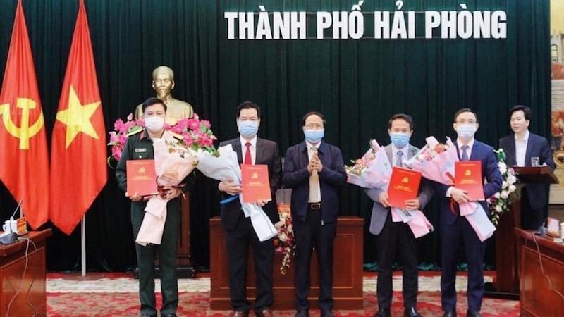 Ủy viên Trung ương Đảng, Bí thư Thành ủy, Chủ tịch HĐND TP trao Quyết định cho các đồng chí được bổ sung là Ủy viên Ban Chấp hành Đảng bộ TP.