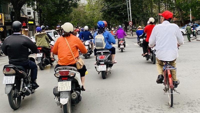Tại các tuyến phố, các phương tiện qua lại khá đông đúc