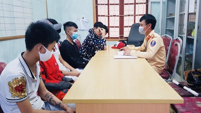 Nhóm thanh thiếu niên vi phạm TTATGT được đưa về CAQ Đồ Sơn.