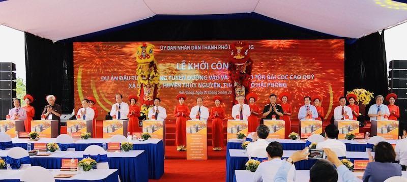 Thủ tướng Chính phủ Nguyễn Xuân Phúc cùng các đại biểu lãnh đạo Trung ương và thành phố bấm nút khởi công Dự án.