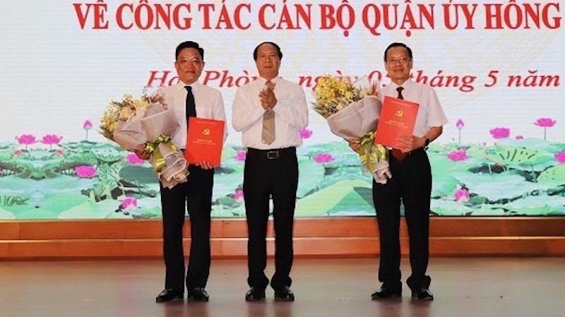 Bí thư Thành ủy, Chủ tịch HĐND TP Lê Văn Thành trao quyết định và tặng hoa chúc mừng các đồng chí Đoàn Văn Chương và Trần Quang Tuấn.