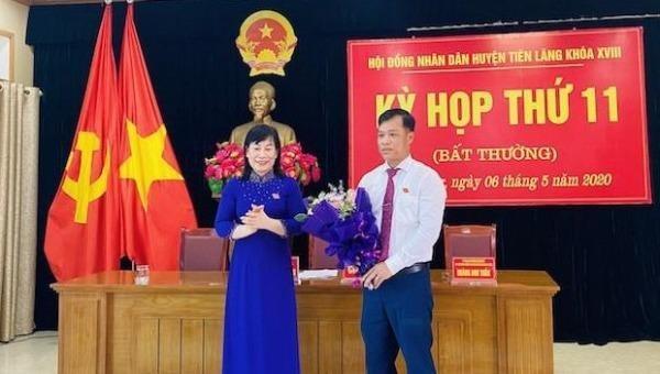 Chủ tịch HĐND huyện Tiên Lãng tặng hoa chúc mừng tân Chủ tịch UBND huyện Tiên Lãng Lương Văn Công.