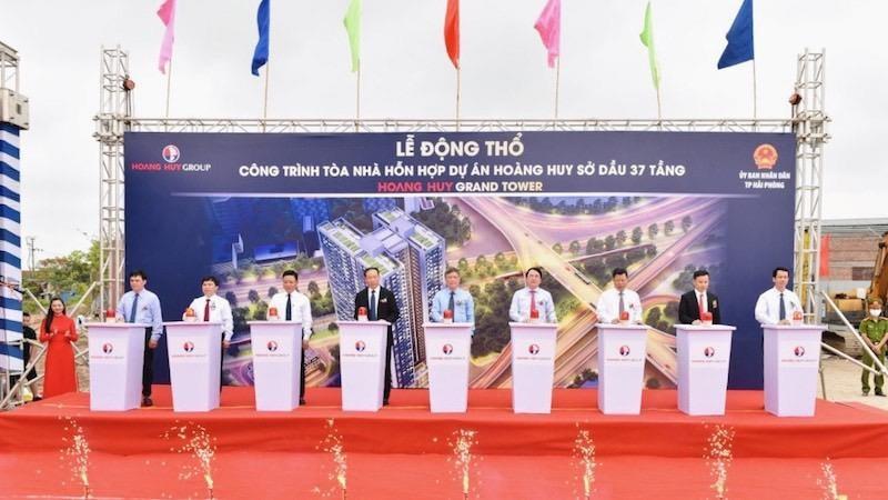 Các đại biểu ấn nút khởi công dự án
