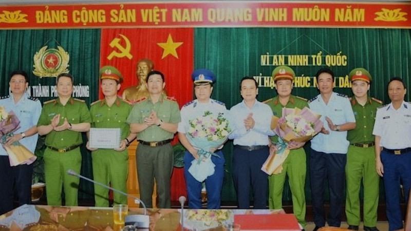 Phó Chủ tịch UBND TP Nguyễn Văn Thành khen thưởng tập thể có thành tích xuất sắc.