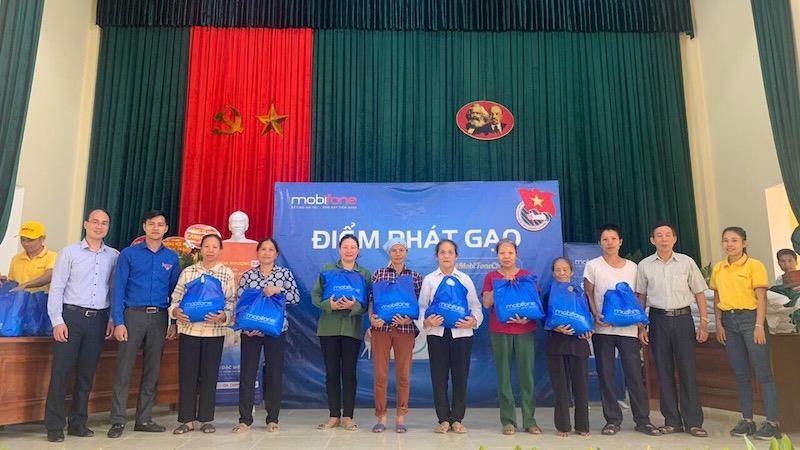Ông Lê Văn Hinh- Giám đốc MobiFone Hải Phòng - cùng cán bộ nhân viên MobiFone trao quà tại huyện Vĩnh Bảo.