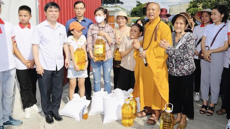 Thượng toạ Thích Tục Khang cùng lãnh đạo quận Hồng Bàng trao quà tới người dân gặp khó khăn