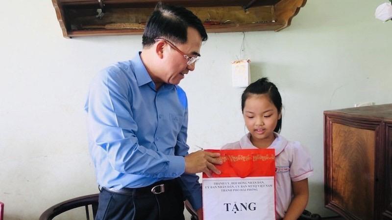 Phó Chủ tịch UBND TP Lê Khắc Nam thăm và tặng quà cho trẻ em nhân ngày 1/6